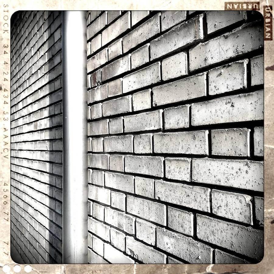 Backsteinmauer mit Retro Camera App für Smartphones