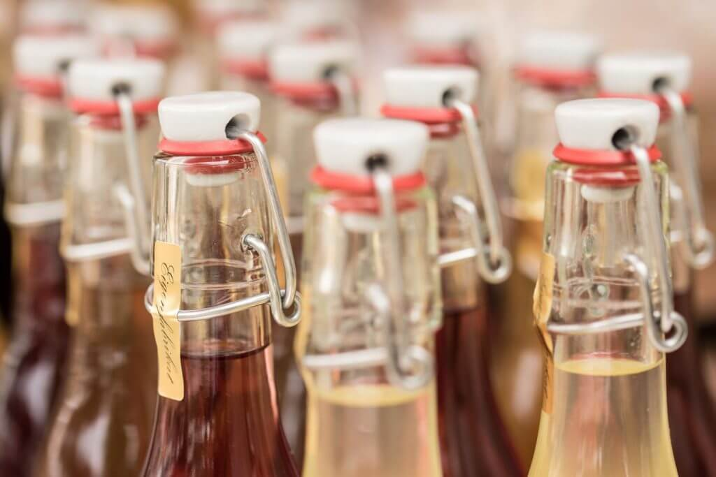 Bügelflaschen in Reih und Glied - besser fotografieren lernen