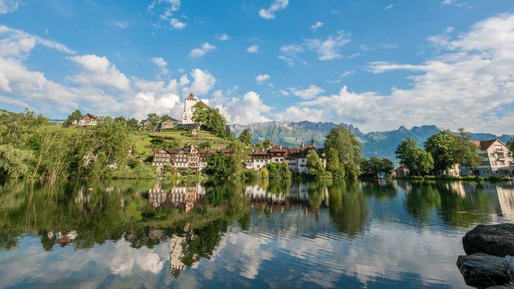 Das Städtchen Werdenberg spiegelt sich im Wasser