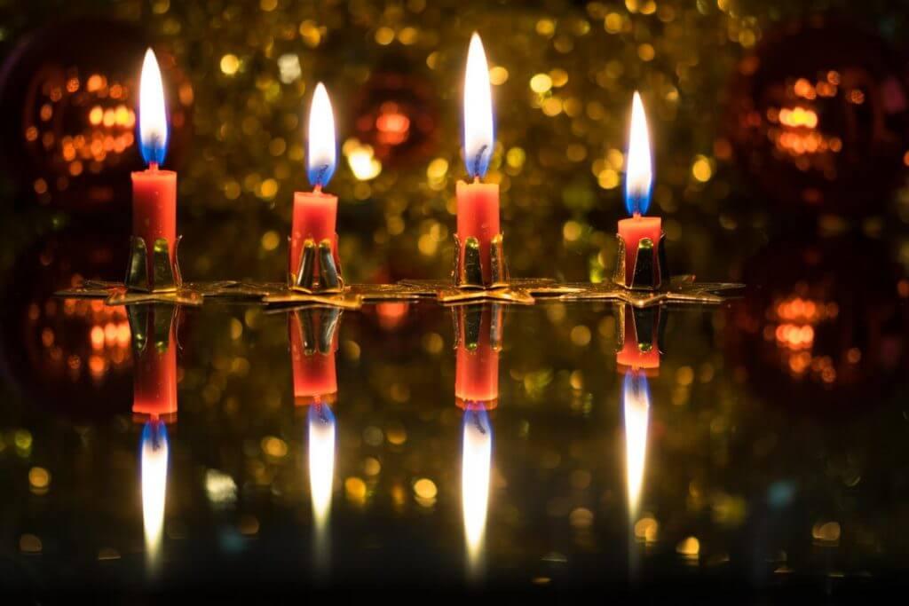 Adventskerzen mit Spiegelung - Weihnachtsmotive