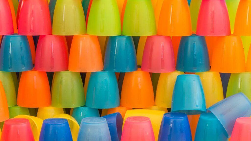 Farbige Plastikbecher an Wochenmarkt Locarno - JPG Format