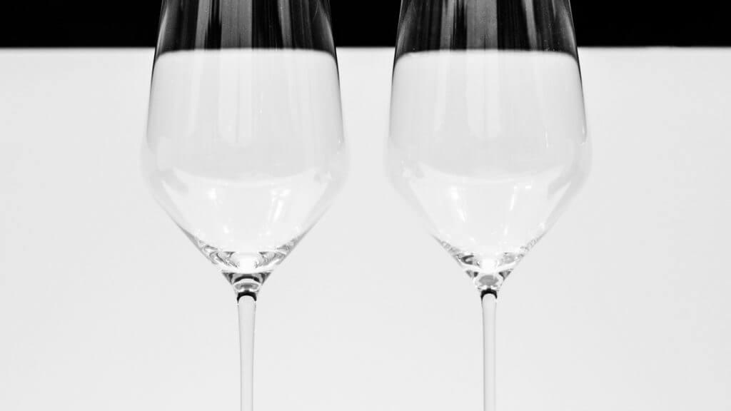 Weingläser in Schaufenster