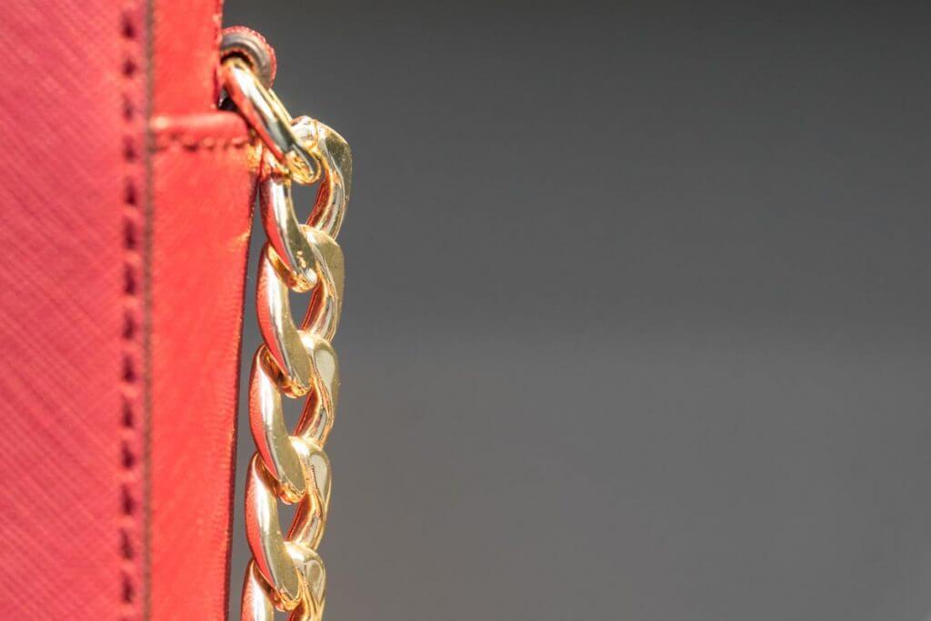 Goldkette an Handtasche - Schaufenstermotive