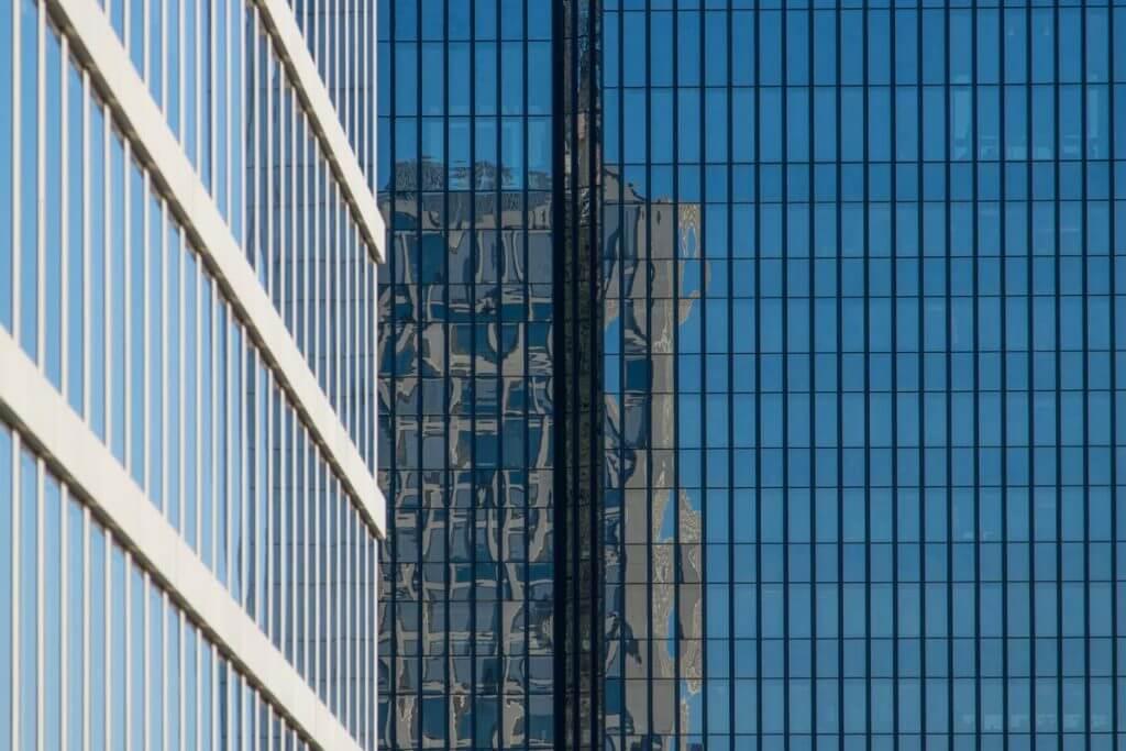 Hochhausfassade in St. Gallen spiegelt sich