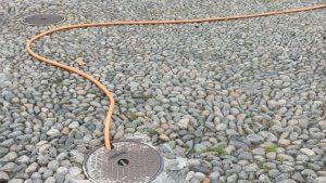 Kabel auf Kopfsteinpflaster - unterschiedliche Perspektiven