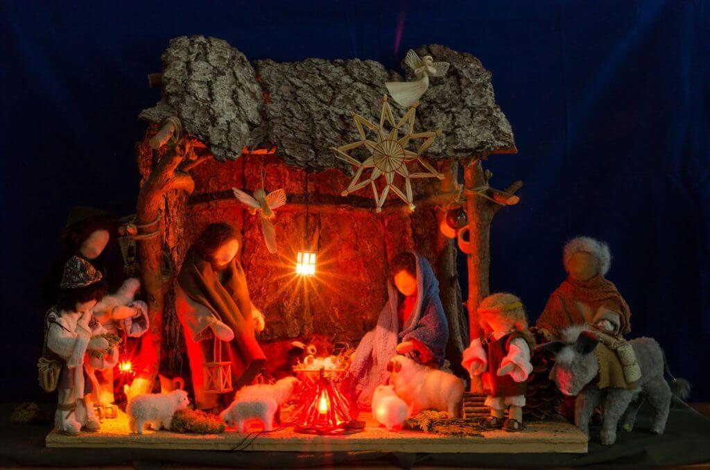 Weihnachtskrippe fotografieren mit warmem Licht