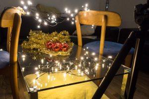 Lichterkette auf Tisch für Kugeln - Weihnachtsmotive