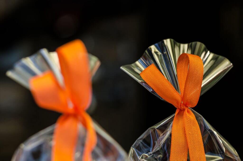 Geschenkbeutel im Schaufenster - mit einer Festbrennweite unterwegs