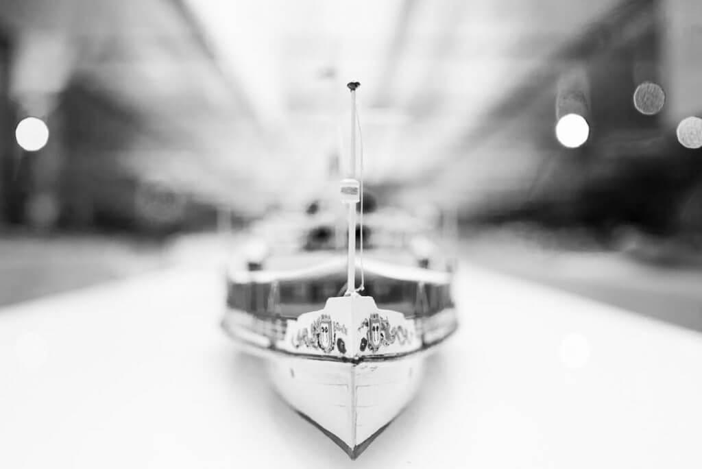 Modellschiff in Vitrine