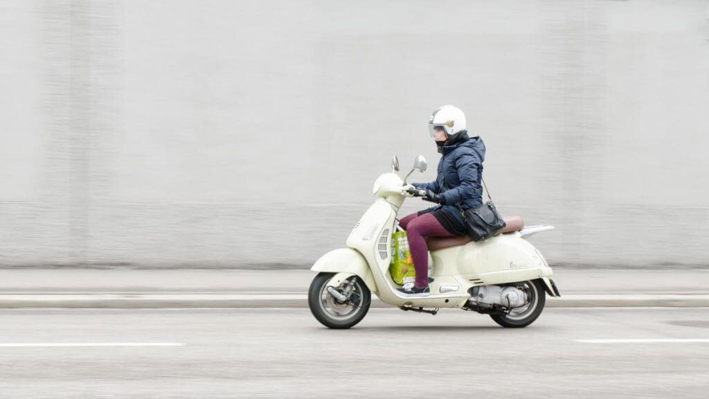 Rollerfahrerin Mitzieheffekt