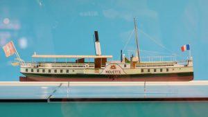 Schiffsmodell durch die Scheibe fotografiert, Reflexionen