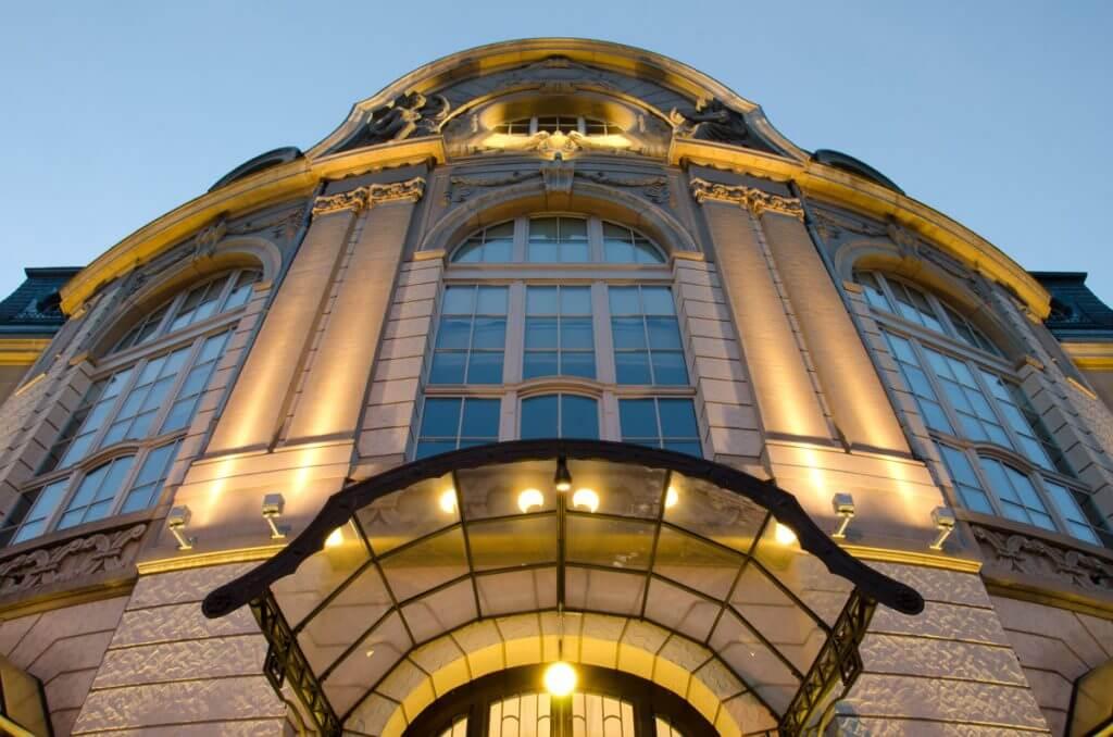 Tonhalle St. Gallen zu Beginn der blauen Stunde