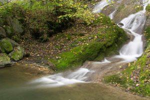 Verwischtes Flusswasser mit Graufilter und Polfilter