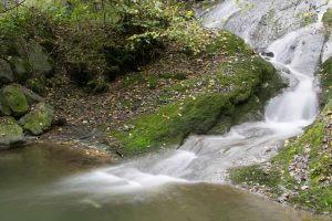 Verwischtes Flusswasser mit Graufilter