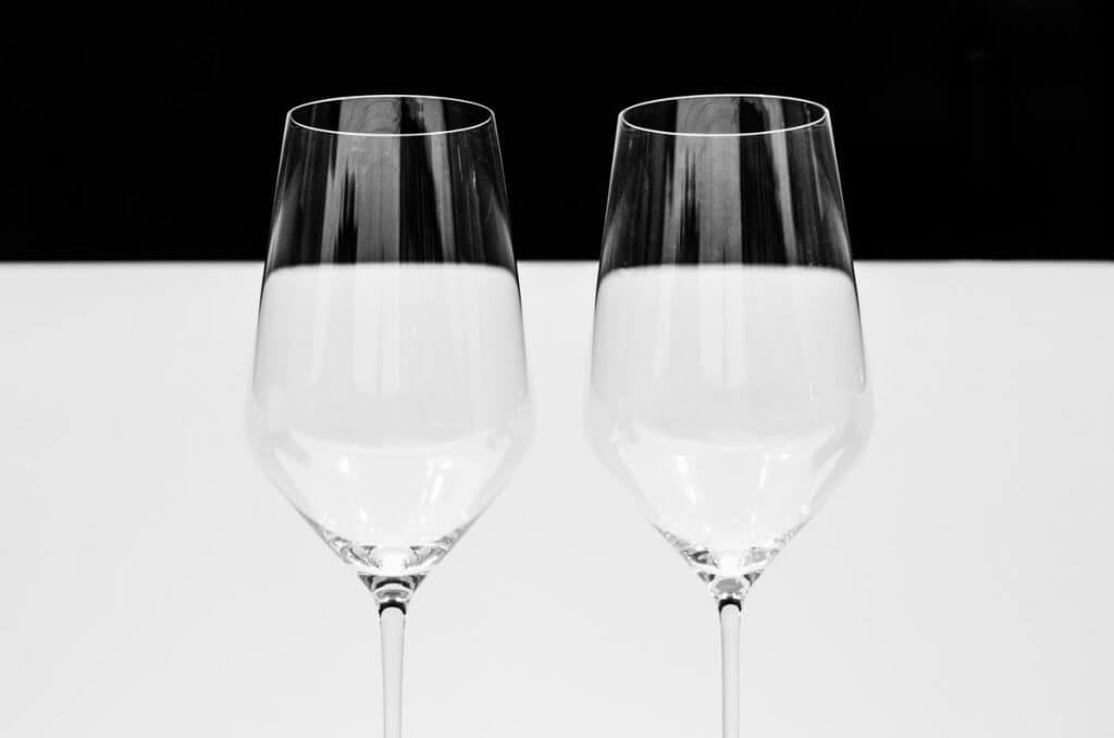 Weingläser im Schaufenster - Durch Scheiben fotografieren