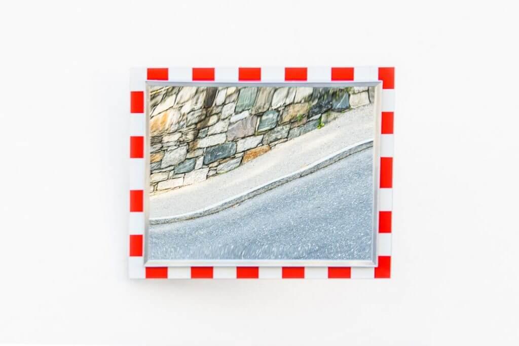 Checkliste Bildgestaltung - Verkehrsspiegel an Hausmauer