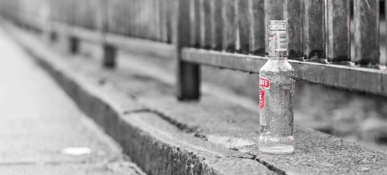 Littering - Flasche am Strassenrand