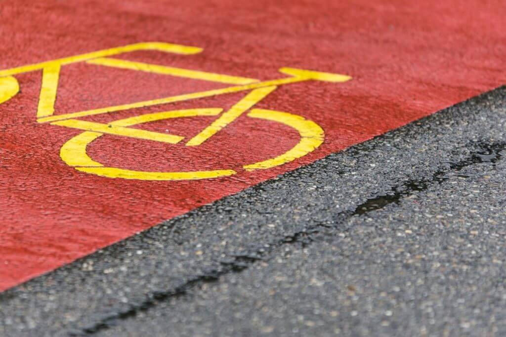 Regenwettermotiv - Strassenmarkierungen