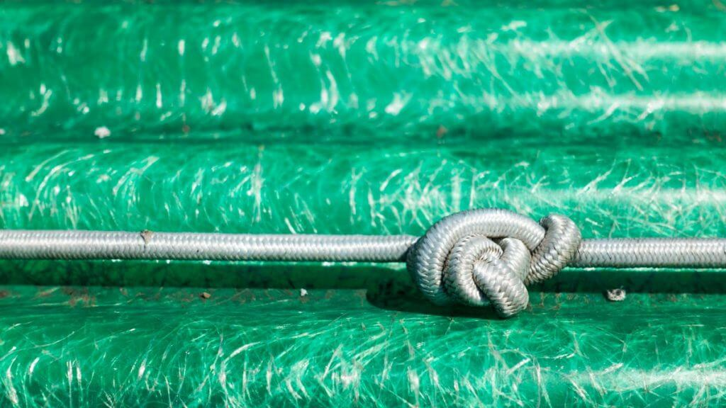 Strick und Knoten am Bootssteg