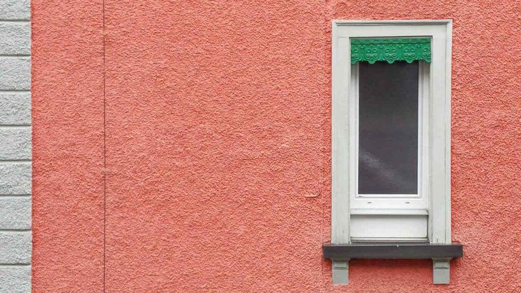 Ausschnitt einer farbenfrohen Fassade in der Stadt