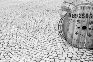 Schwarz-Weiss-Bild Kabelrolle
