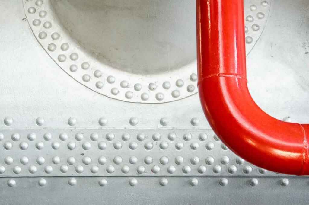 rotes Rohr an Dampfkessel - Technik als Motiv
