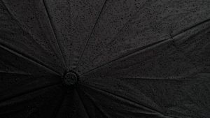 sehr dunkle Fläche - Regenschirm