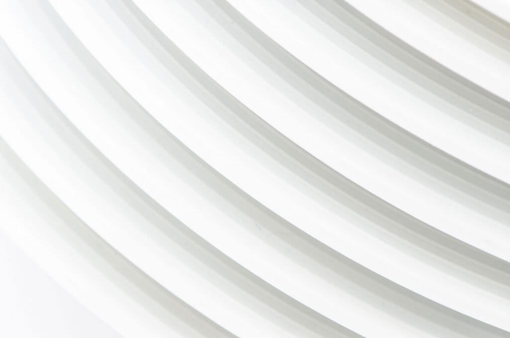 Tellerstapel ganz in Weiss