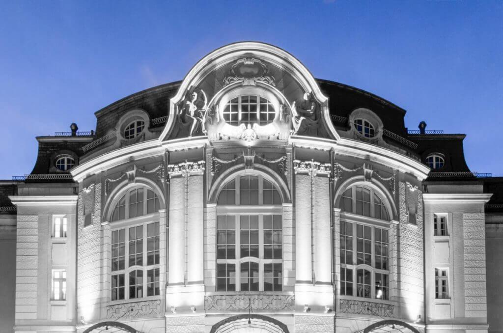 Symmetrie - Tonhalle St. Gallen in der Dämmerung, selektives Schwarz-Weiss-Bild