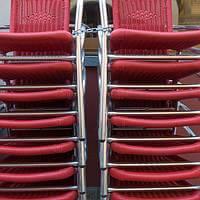 Totale - Stühle vor dem Restaurant