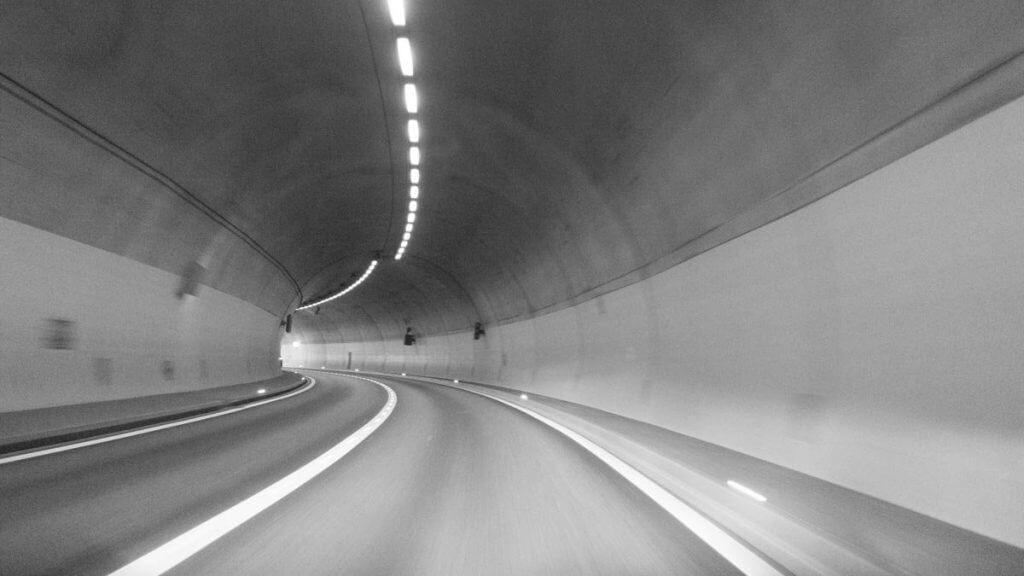 Tunnelblick aus fahrendem Auto