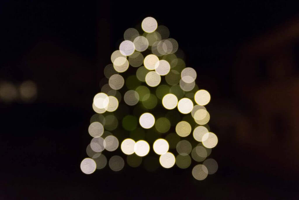 Weihnachtsbaum mit Bokeh-Effekt
