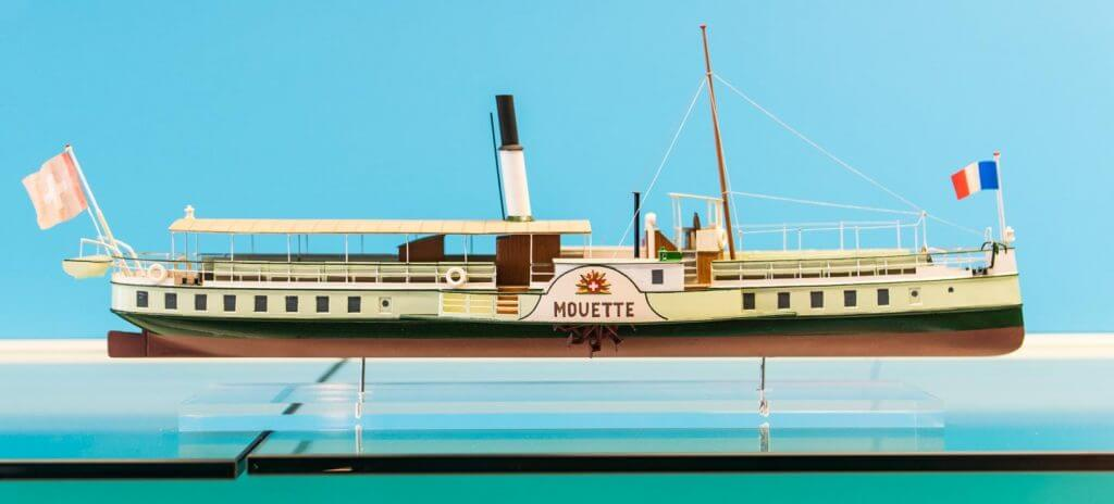 Modellschiff in Glasvitrine