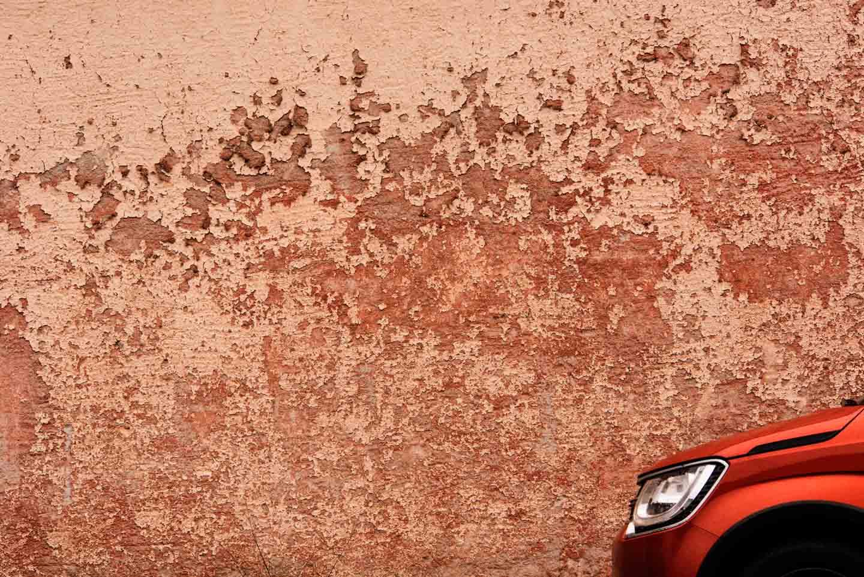 Monochrome Farben Auto vor verwitterter Fassade