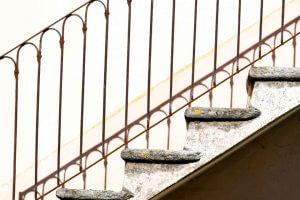 Treppe an Tessiner Haus überbelichtet