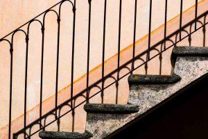 Treppe an Tessiner Haus unterbelichtet