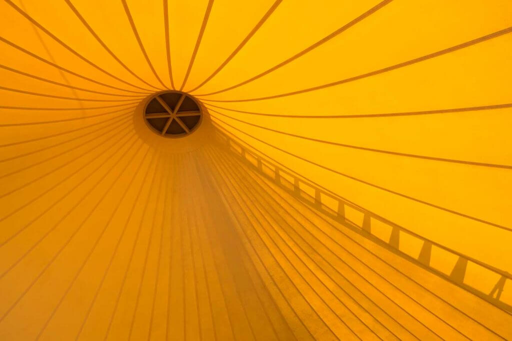 Zeltdach in monochromen Gelb