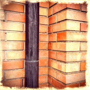 Backsteinmauer mit Regenrinne Perspektivenveränderung