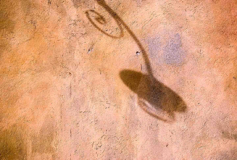 Schatten einer Lampe an Hausfassade