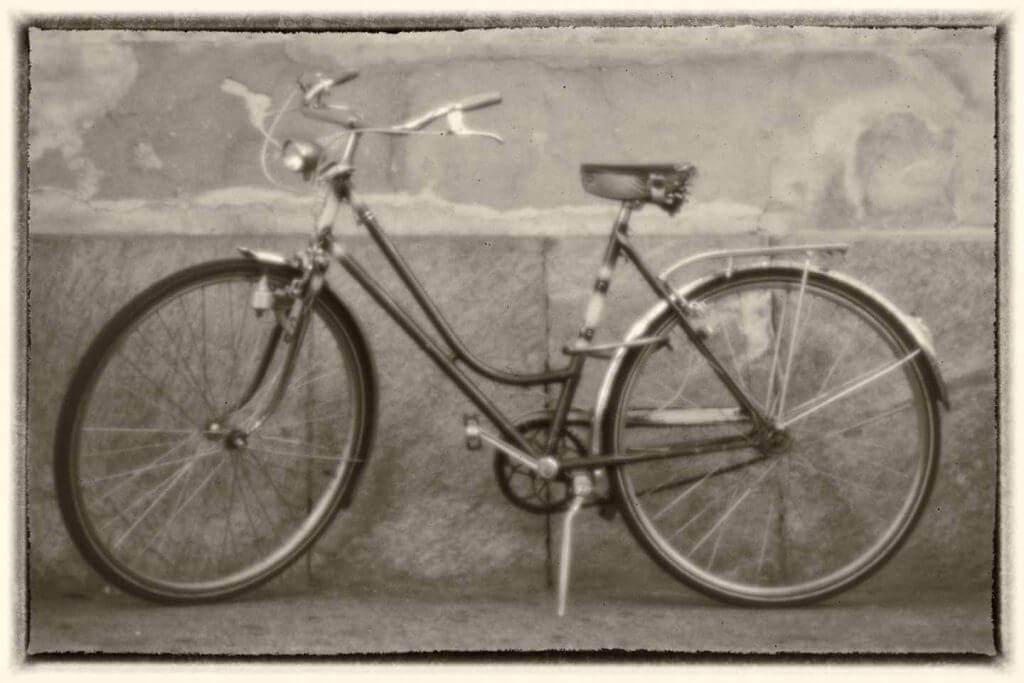 Fahrrad in der Altstadt von Locarno - Camera obscura
