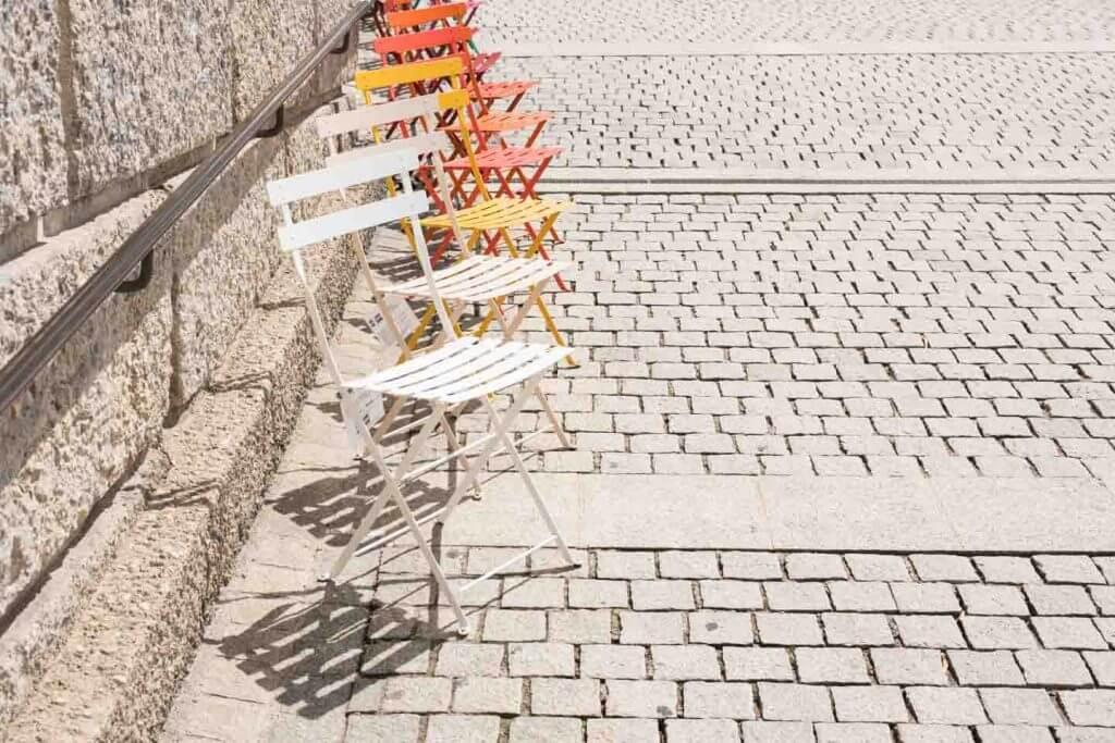 Stühle in der Wiler Altstadt