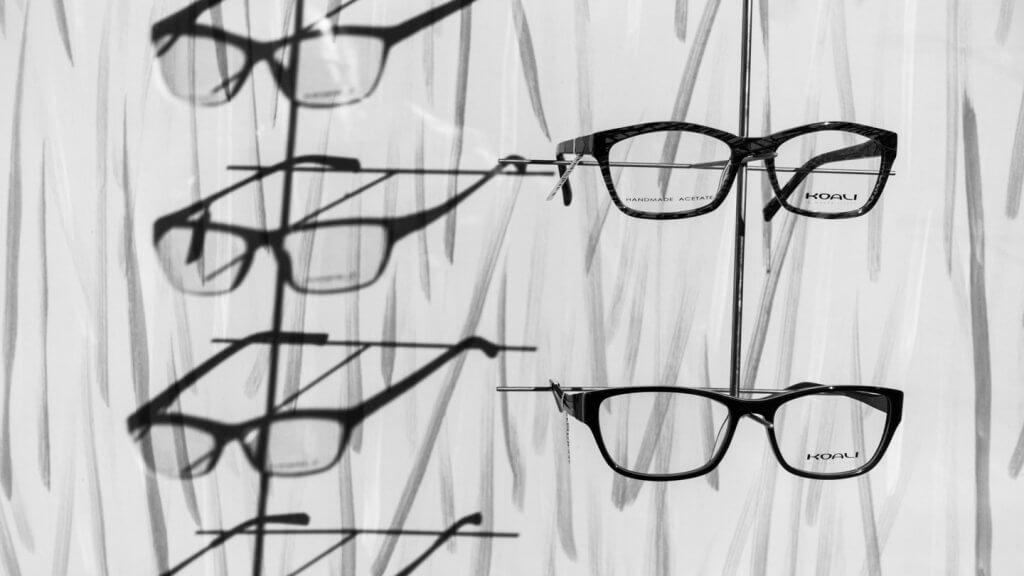 Licht und Schatten fotografieren - Brillen in einem Schaufenster