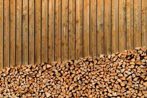 Fassadenausschnitt Holzbeige vor Stall in Sulzberg A