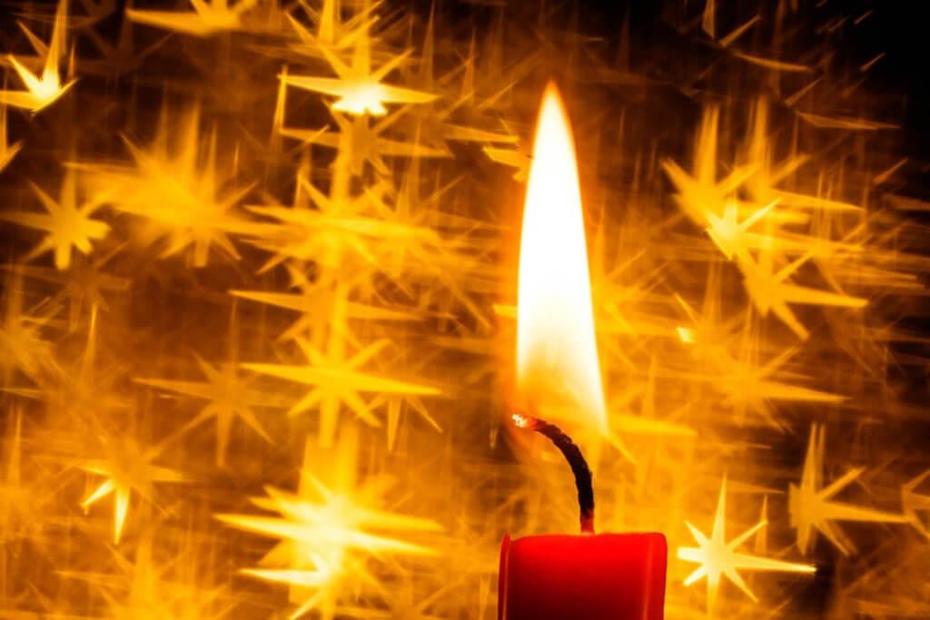 Weihnachtsmotive fotografieren Kerzen mit Stern-Bokeh