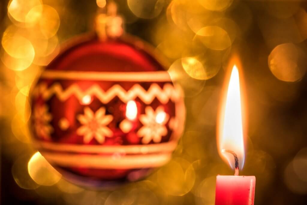 Weihnachtsmotive fotografieren Kerzen und Kugeln