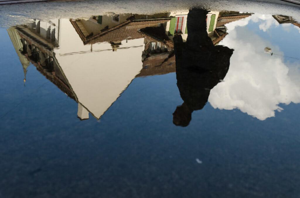 Streetfotografie - Spiegelung in einer Pfütze