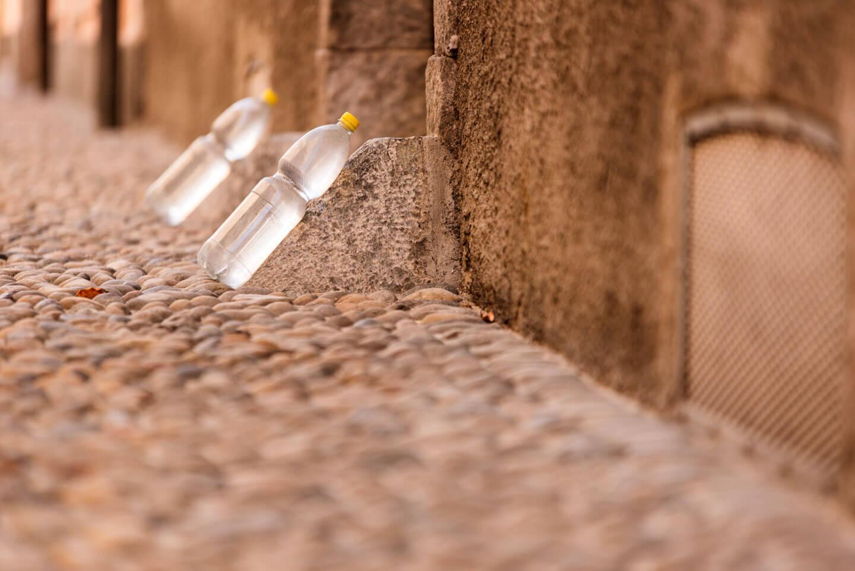 Petflaschen in einer Gasse