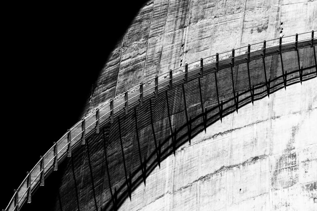 Licht und Schatten fotografieren - Staumauer mit Steg