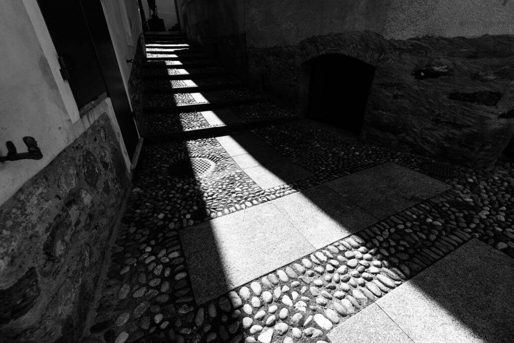 Licht und Schatten fotografieren - Streiflicht durch die Gasse