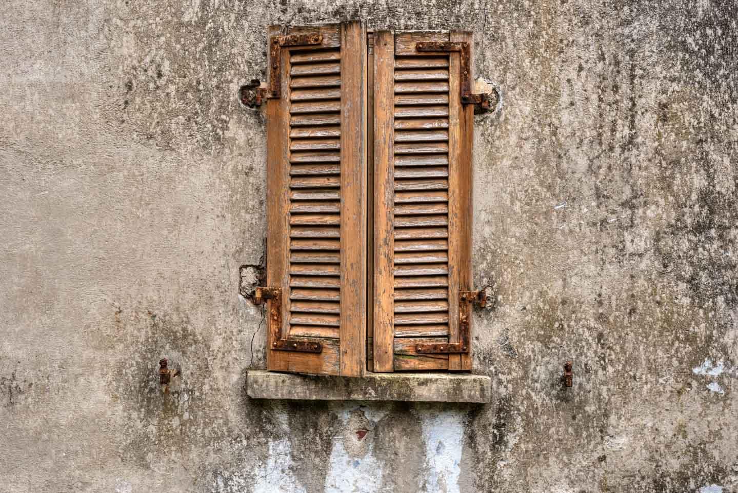 Mittlere Blende - Zahn der Zeit Fassade mit Fenster